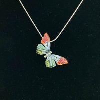 Scheef hangende vlinder met geel groen en oranje vleugels